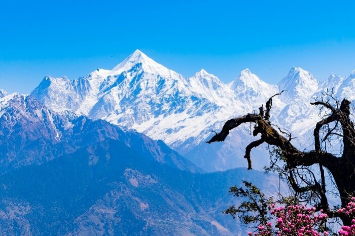 shutterstock-628685120-Mesmerizing-view-of-snow-clad-Panchchuli-peaks-in-and-alpine-grass-meadows-at-Munsiyari-in-the-Uttarakhand-hills-e1501511479311